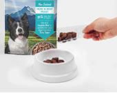 計量スプーンなどを使い、パートナーの給与量分のK9ナチュラルフリーズドライフードをフードボウル(食器)に入れます。